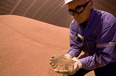 כורה עובד במכרה של BHP