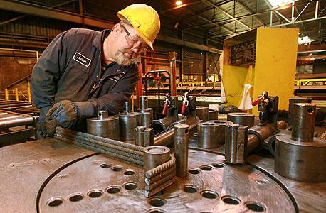 פועל במפעל פלדה, צילום: בלומברג