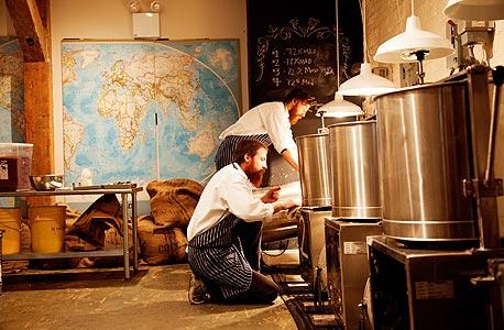 """האחים ריק ומייקל מאסט בסדנה בברוקלין שבה הם מייצרים שוקולד מפולים, בצילום של סלבי מהספר """"Edible Selby"""". למעלה: מתוך המתכונים המאוירים בספר, צילום: Todd Selby"""