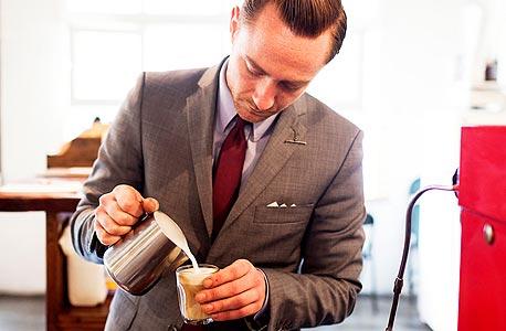 טום גרוגן, מבעלי Captains of Industry, מספרה־ביסטרו שבה גם מייצרים חליפות, נעליים, קפה ובירה. סלבי אוהב אנשים שעושים הכל בעצמם, צילום: Todd Selby