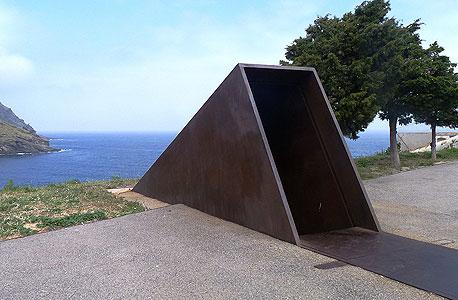 האנדרטה לזכר וולטר בנימין בפורטבו שיצר האמן הישראלי דני קרוון