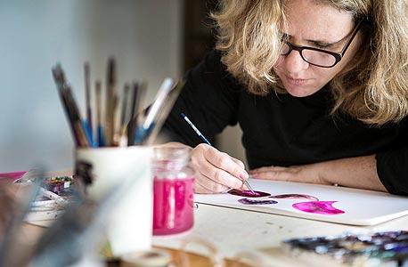 """איילת יונטף. """"כל חומר נותן תוצאה אחרת במגע עם הצבע. זה מעין ניסוי וטעייה"""", צילום: תומי הרפז"""