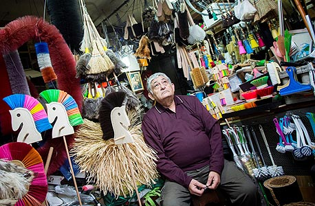 """כהן בחנות הנמר בדרום תל אביב. """"לפני 40 שנה הציעו לאבא שלי חצי מיליון דולר על החנות. במזומן. אבל בולגרים לא מוכרים חנויות"""""""