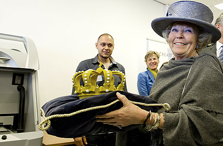 מלכת הולנד ביאטריקס עם כתר שהודפס במדפסת תלת־ממדית. רוח המייקרס כבר משפיעה על החברות הגדולות