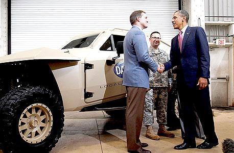 """נשיא ארה""""ב ברק אובמה מבקר במפעל Local Motors שמפתח כלי רכב, גם ביטחוניים, באמצעות שיתוף הקהל הרחב בתכנון ובעיצוב. אנדרסון: """"מוצרים שפותחו כך תמיד יהיו טובים וזולים יותר מאלה שפותחו במעבדות סודיות"""""""