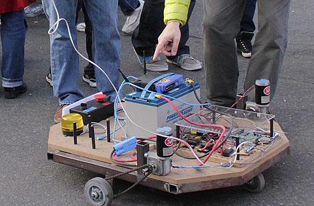 אוטו רובוטי ביריד Maker Faire. קהילה מתרחבת של ממציאים ותיקים וצעירים מכל רחבי העולם