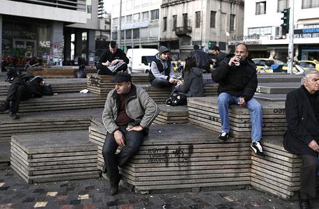 העסקים ביוון קורסים בגלל החשש שתצא מגוש היורו