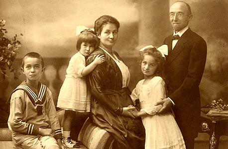 עמנואל ברונר עם הוריו ואחיותיו בגרמניה, 1920. בני המשפחה שנותרו מאחור נספו בשואה.