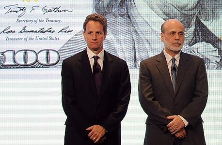 """שר האוצר טימותי גייתנר ויו""""ר הבנק המרכזי בן ברננקי חושפים שטר 100 דולר חדש. """"גייתנר הקיף עצמו באנשים בעלי קשר הדוק למה שקרה במשבר"""""""