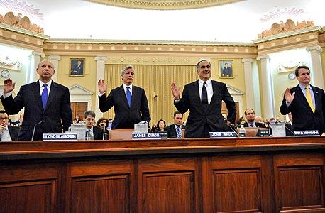 """מנהלי ארבעה מהבנקים הגדולים בארצות הברית מושבעים לעדות בפני ועדת חקירה של הקונגרס, 2010. """"אנשים וארגונים מגיבים לתמריצים. ואם התמריצים הם להתנהגות שלילית, לעשיית כסף בלי השלכות, זה מה שהם יעשו"""""""