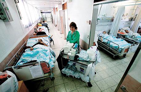 """מיטות אשפוז במסדרון בית החולים רמב""""ם, צילום: אלעד גרשגורן"""