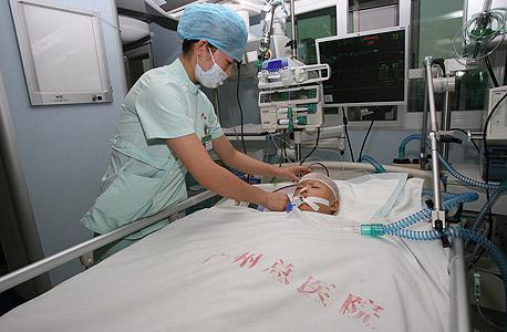 הפעוטה הסינית יֶי־יֶי, שנדרסה בשוק הומה. 18 איש חלפו על פניה בלי לעצור לעזור