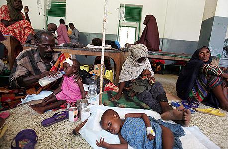 """ילדים הסובלים מתת־תזונה מטופלים בבית חולים בסומליה. """"לבני דור ה־Y יש פחות נכונות לתרום לצדקה ולעזור לחלשים"""""""