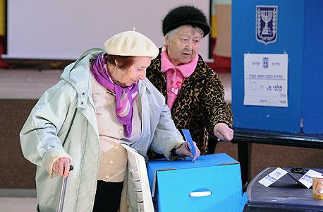קשישות מצביעות ב קריית שמונה פנסיה זקנים זיקנה, צילום: אפי שריר