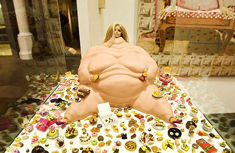 fadwebsite.com. כל סוגי האמנות הפלסטית. בתמונה: Snack Barbie