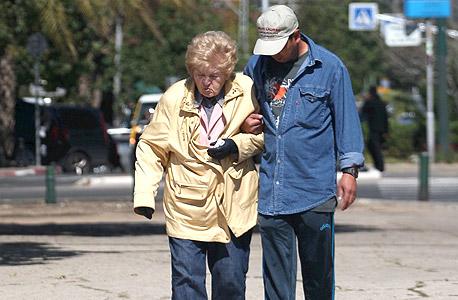 קשישה מלווה במטפל סיעודי בתל אביב