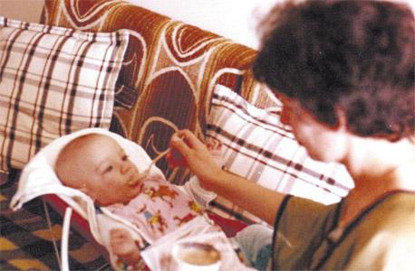 אמא ואני בקיץ 1980. אפילו היא לא ידעה מה מחכה לי