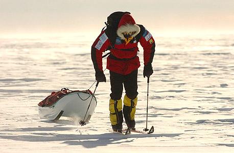 גולש מזחלת בדרך לקוטב הדרומי. יותר משאנטארקטיקה מציעה חוויה ייחודית, היא מציעה את חוויית סילוקו של העולם המוכר