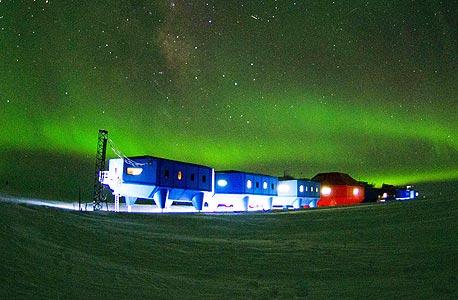 תחנת המחקר הבריטית החדשה על רקע אורות הזוהר הדרומי. מירוץ עולמי ליבשת הקפואה