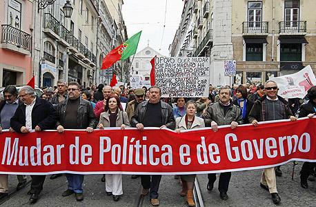 הפגנה נגד הקיצוצים בליסבון, צילום: רויטרס
