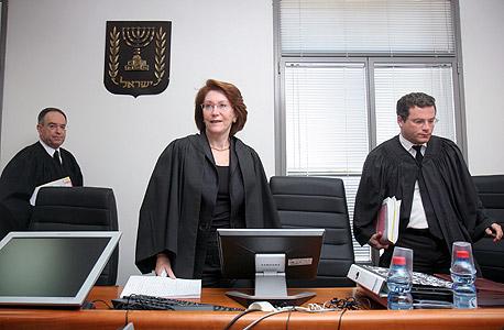 מימין השופט משה סובל, השופטת מוסיה ארד והשופט צבי זילברטל במשפט אולמרט