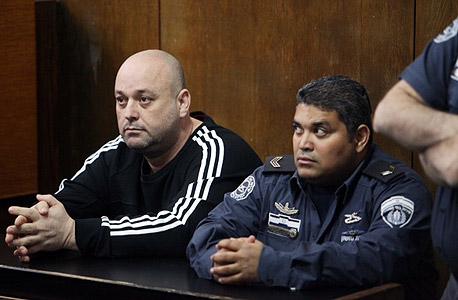 משמאל אריק קליין ממתין לגזר הדין