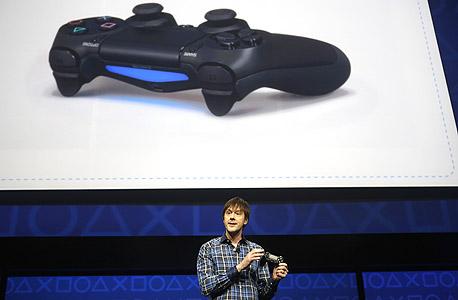 שלט ה-PS4. עיצוב הקונסולה עצמה טרם נחשף, צילום: בלומברג