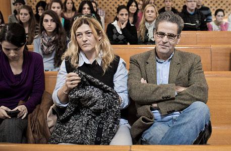 """אייל שני (מימין) ורעייתו מירי חנוך בבית המשפט העליון. """"לא צריך להיות חזירים"""""""