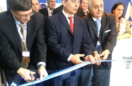 """מימין: יו""""ר מכון היצוא, רמזי גבאי, שר התמ""""ת שלום שמחון, צילום: רותי לוי, ברצלונה"""