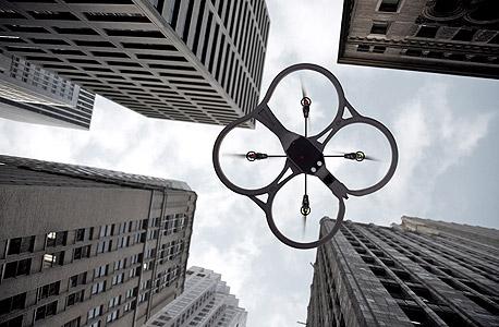 "AR.Drone, צעצוע ב־300 דולר שהוא מזל""ט צילום שקט שמגיע לגובה 122 מטר"