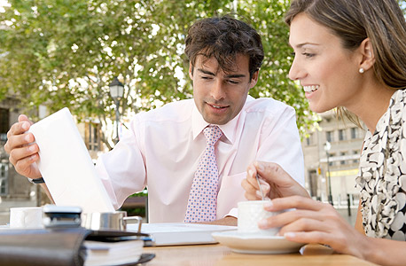 רוצים להצליח במשא ומתן? הניחו את כוס הקפה על השולחן