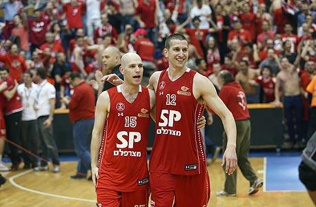 שחקני הפועל תל אביב חוגגים ניצחון על מכבי תל אביב. צריך לקחת את התחושות הללו גם לכדורגל