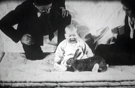 """""""אלברט הקטן"""" וארנבת שהניחו לפניו פרופ' ווטסון ועוזרת המחקר ריינר. פרופ' פרידלנד: """"קשה לדעת מה הוא הבין, אבל אין ספק שחלקים בניסוי היו טראומתיים עבורו"""""""