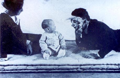 וווטסון עוטה מסיכה בניסיון להפחיד את אלברט (משמאל: רוזלי ריינר). התינוק, שהיה לפי בק עיוור כמעט לחלוטין, לא נרתע כלל