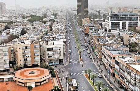 מבט מבניין העירייה על רחוב אבן גבירול המפריד בין רבעים 3 ו־4