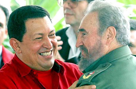 מימין פידל קסטרו ו הוגו צא'בס, צילום: אי פי איי