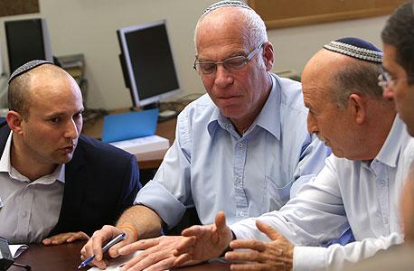 """ח""""כ אורי אריאל במרכז. משמאל ח""""כ נפתלי בנט, ראש הבית היהודי"""