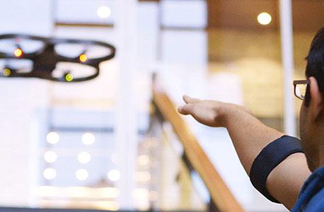 הצמיד של MYO מאפשר הפעלת קוואדקופטר צעצוע בתנועות יד