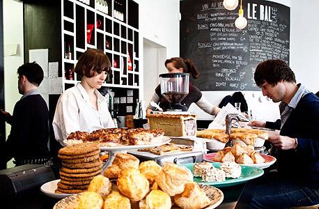 בית קפה. בית המשפט קבע שהטיפים הם חלק ממשכורתם של המלצרים, צילום: גיום באלבז
