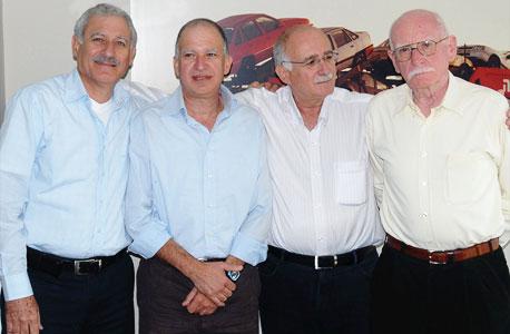 בעלי השליטה לשעבר בכלל תעשיות המחזיקה בנשר - משפחת לבנת. מימין: אברהם, צביקה, שי וזאב לבנת