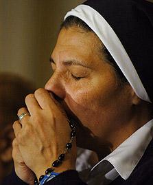 נזירה בעת תפילה, צילום: בלומברג
