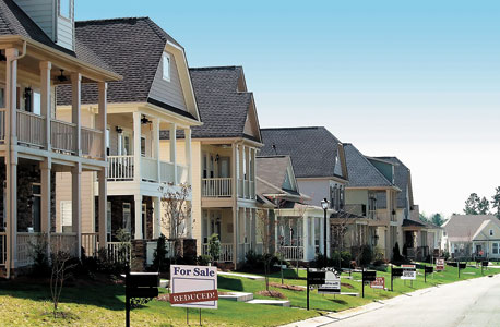 שכונה בביי־סיטי, טקסס. בכל מקום שאליו מגיעות הקרנות המחירים עולים
