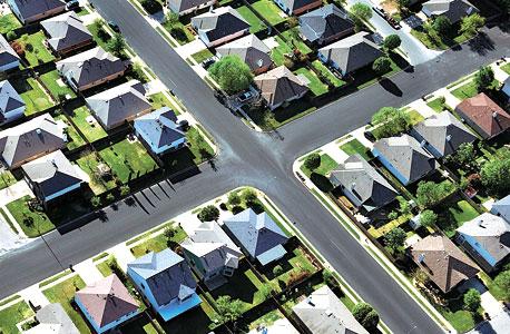 בתים שעוקלו על ידי הבנקים מוצעים למכירה. ההשקעה המוחשית הופכת לכלים פיננסיים שאיש אינו יכול לצפות את תוצאותיהם