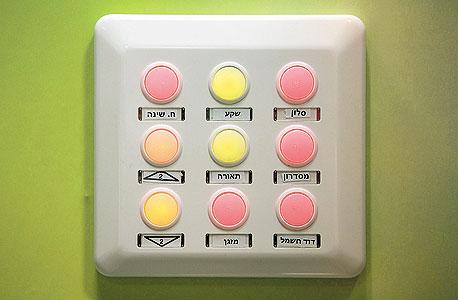 לוח מקשים לשליטה על מערכות חשמל אלקבס