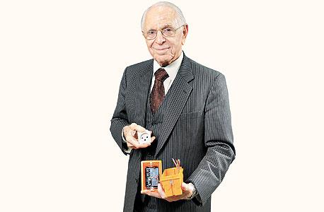 אלברבאום מחזיק בקופסת חשמל השולטת על התאורה ובשקע שמדווח על צריכת החשמל