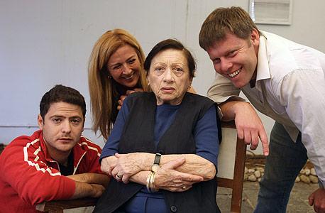 השחקנית דבורה קידר (במרכז), בהצגה מלכת היופי של לינאן, צילום: עמית מגל