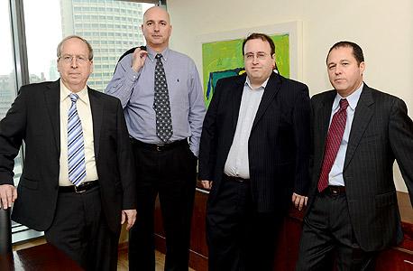 """מימין: אלי ברקת, יו""""ר החברה הציבורית מיטב-דש; אבנר סטפק, סגן יו""""ר; אילן רביב, מנכ""""ל מיטב-דש; צבי סטפק, יו""""ר בית ההשקעות הממוזג"""