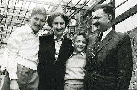 1954. דן פרופר (13, משמאל) עם אחיו גד (9) והוריו עליזה ואויגן בחגיגת בר המצווה של דן במועדון ויצו בתל אביב