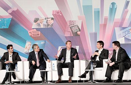 """מרקו (משמאל) בפאנל בברצלונה עם מנכ""""ל קוריאה טלקום, מנכ""""ל אריקסון ומכ""""ל דויטשה טלקום. משך את רוב תשומת הלב"""
