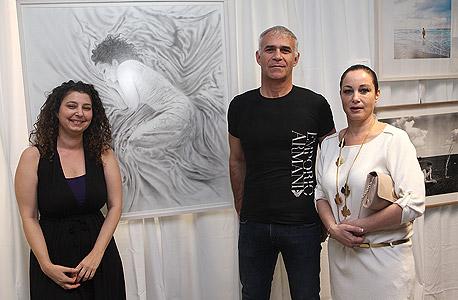 """(מימין) שירה וישי דוידי עם האמנית רעות נוי דפנא והעבודה """"כלה ישנה"""", צילום: אוראל כהן"""